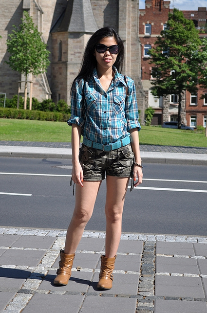 how to wear military-print shorts for women