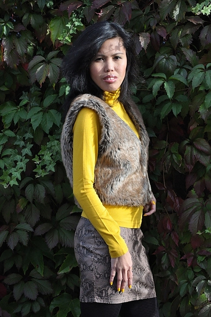 how to wear fur vest with mustard
