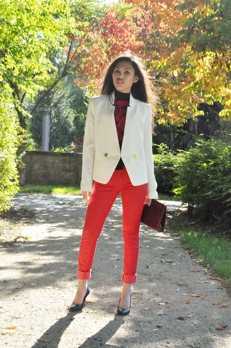 colored jeans and white jacket for fall