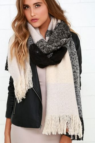 Black And Beige Living Room Decor: Go Cozy And Chic In A Gorgeous Plaid Scarf