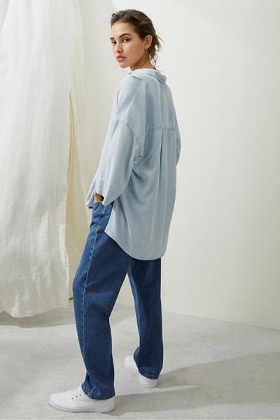 wear boyfriend denim jeans with pop-over shirt