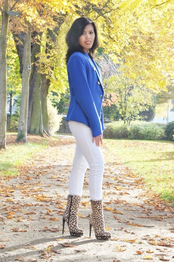 how to wear white jeans with military jacket