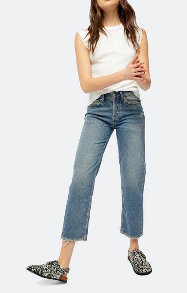 high-rise-mom-jeans-with-flat-shoes